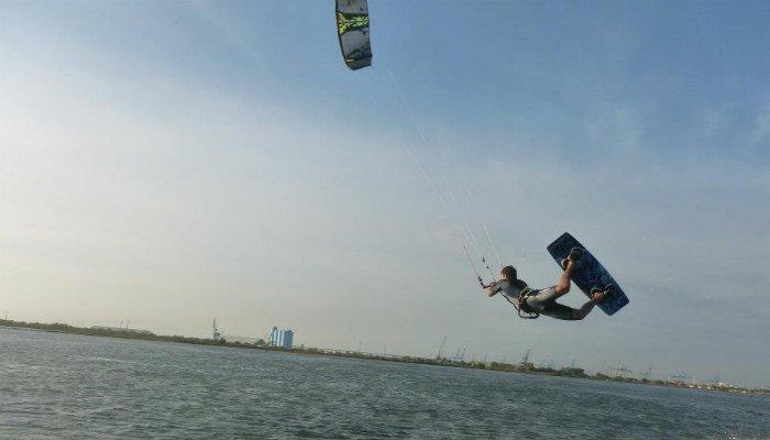 Le kitesurf, l'une des disciplines outdoor : Florian s'y amuse sur les (photo : J. et F. Saint-Martin).