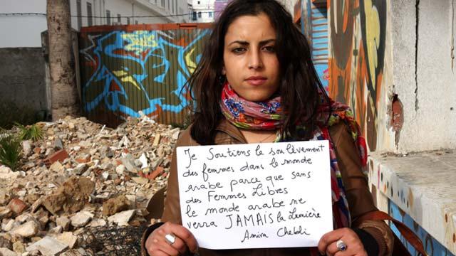 """L'actrice et danseuse tunisienne Amira Chebli dans le film de Serge Moati """"Méditerranéennes, mille et un combats""""."""