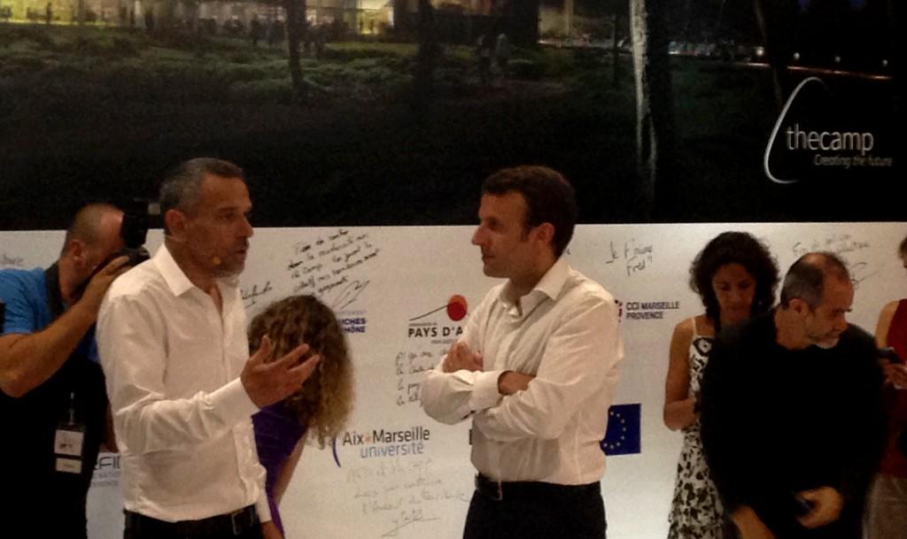 Signature du contrat de partenariat public/privé pour le lancement officiel de The Camp, autour de Frédéric Chevalier et Emanuel Macron.