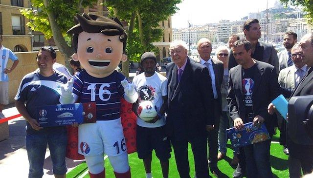 Jean-Claude Gaudin présente le dispositif de l'Euro 2016 à Marseille aux côtés de la mascotte Super Victor