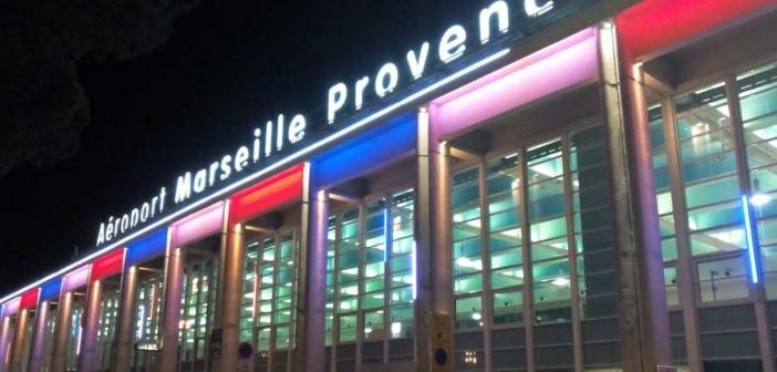 L'aéroport Marseille-Provence en bleu, blanc, rouge pour rendre hommage aux victimes de Paris.