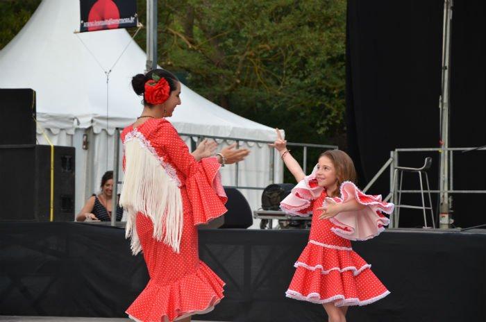 Une danseuse de flamenco avec une petite fille le 8 juillet à Aubagne