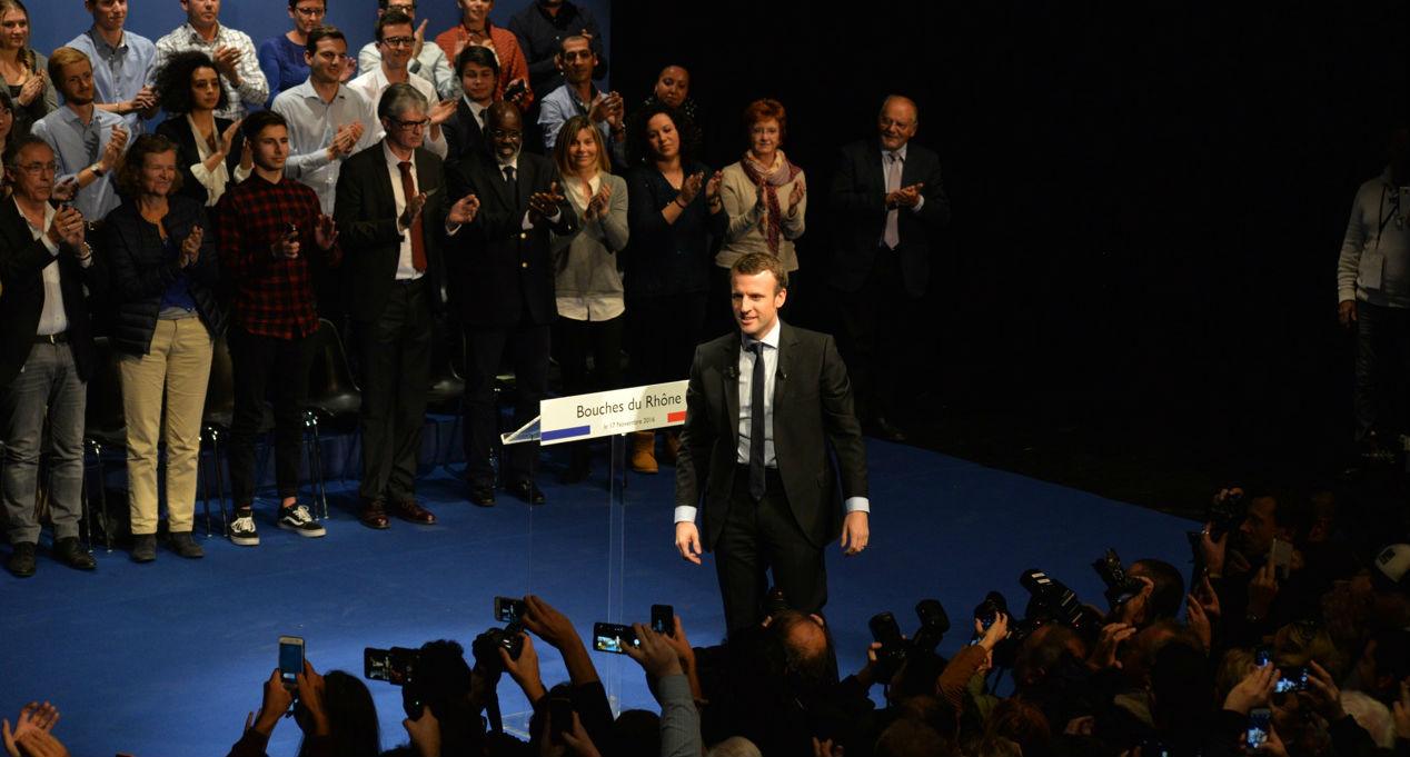 En visite à Marseille, Emmanuel Macron reçoit un maillot de l'OM