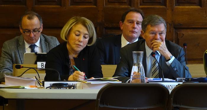 Gérard Bramoullé à droite de Maryse Joissains au conseil municipal d'Aix du 13 décembre. ©RG