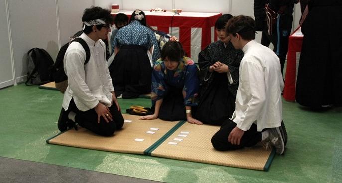 Les membres du club aixois de Karuta jouent ce jeu de cartes basé sur le memoire