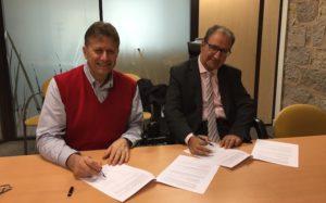 M. Patrick Amico (ICF habitat Sud-Est Méditerranée) et Armand Benichou (Handitoit Provence) signent leur partenariat.