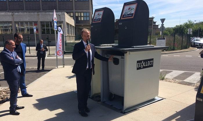 Joël Gentil, le directeur régional de Veolia Propreté, présente ses conteneurs enterrés sur le parvis du parc d'activités