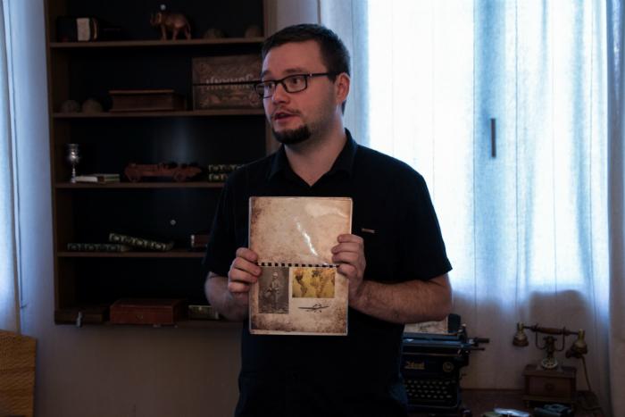 Laurent, cocréateur de Locked Time, donnant les instruction avant de fermer la porte de la pièce