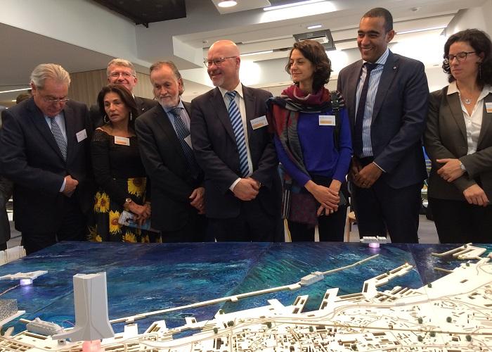 Les élus marseillais et la directrice du port découvrent les outils d'analyses de Air Paca