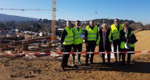 Devant le chantier Alta Rocca : De g. à d. en partant du deuxième : Philppe Barrau (Façonéo), Gérard Gazay, maire d'Aubagne, Sylvia Barthélémy (Pays d'Aubagne et de l'Etoile) et Pierre Meguetounif (Foncière GM).  DR