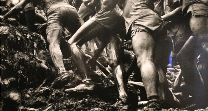 """50 000 hommes enfoncés dans la boue creusant pour trouver de l'or à Serra Pelada"" - Sebastiao Salgado"