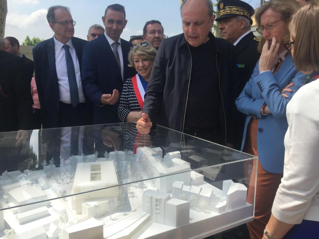 L'architecte Marc Barani présente à la Garde des Sceaux la maquette du projet.