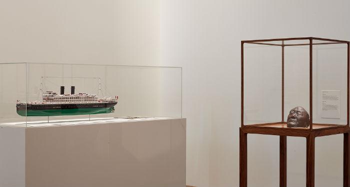 En hommage à son père, la maquette du bateau qui l'amena de Shanghai à Paris en passant par Marseille et le masque mortuaire du défunt (©Mucem)