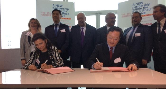 Christine Cabau-Woehrel, directrice du GPMM, et Ding Xiangming, VP du port de Shanghai, ont signé un nouvel accord de coopération