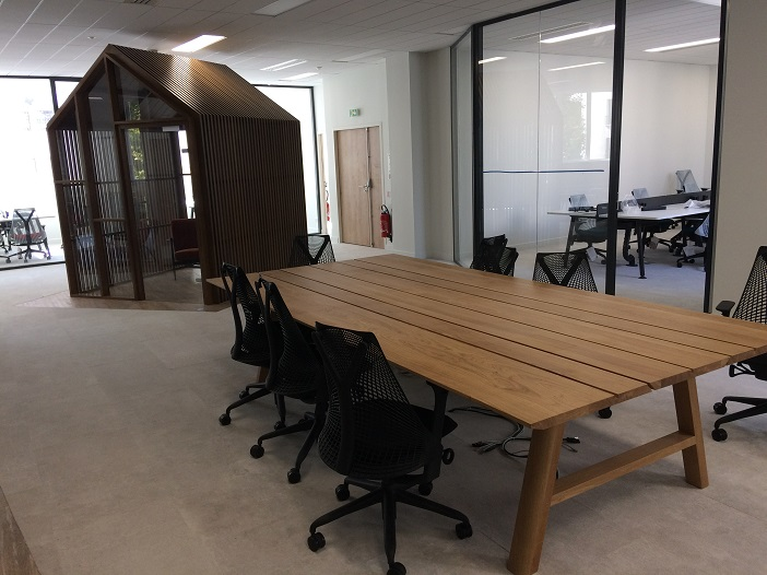 L'espace propose des bureaux privatifs, des salles de réunions et des espaces communs