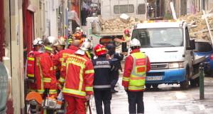 Les pompiers tentent de déblayer les gravats pour secourir d'éventuelles victimes (Crédit NK)