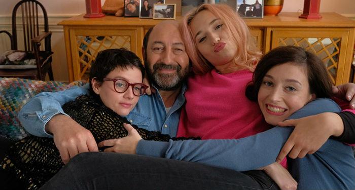 Une famille trop de filles avec Alexia (Pauline Etienne), Raphaëlle (Cloë Jouannet) et Gabrielle (Louise Colderfy) entourant leur père Stéphane Legendre (Kad Merad).