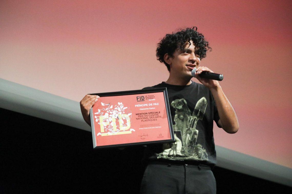 Le jeune réalisateur mexicain Clemente Castor lors de la remise du prix au Théâtre de la Criée (Photo FID).