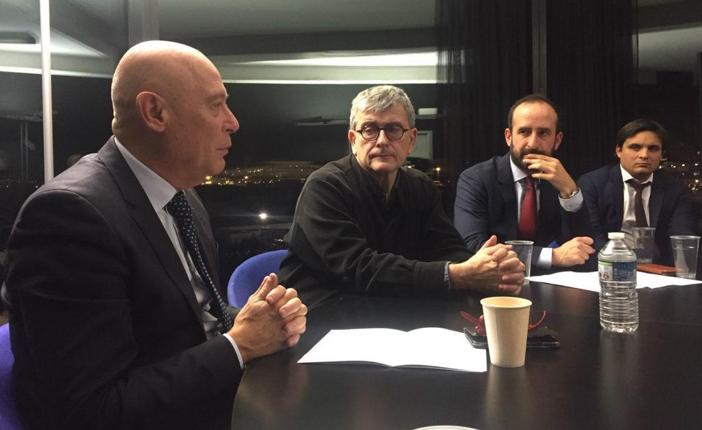 Philippe Bernand, le président de l'aéroport Marseille Provence (à gauche) et Jean-François Chougnet (au centre) présentent leur partenariat à l'occasion de l'ouverture de l'exposition Voyage, voyages. Crédit : Gomet'