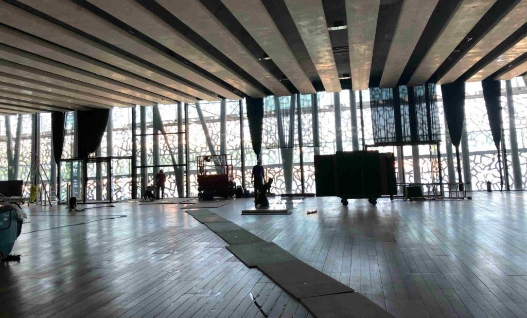 Les prépararifs lundi 22 juin dans la grande salle du Mucem pour accueillir l'exposition d'oeuvres anonymes Mon nom est personne (Crédit Gomet'/JFE).