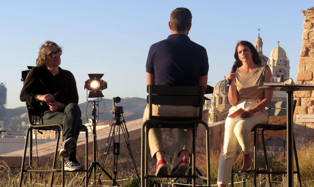 La présentatrice Julia Molkhou anime l'émission de réouverture du Mucem lundi 29 juin 2022 (Crédit Maelle Faysse De Mulder)