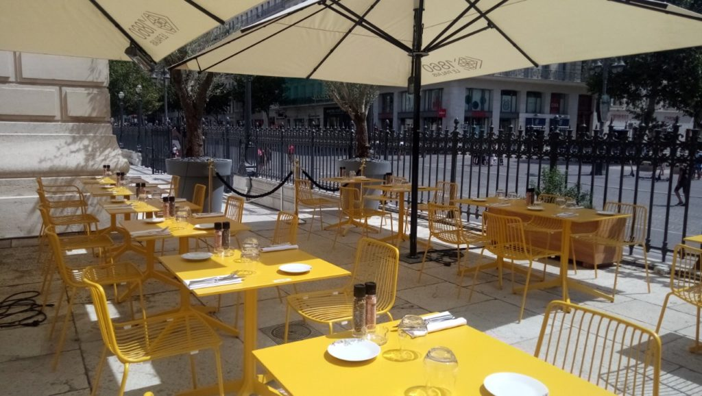 La terrasse du restaurant-brasserie du palais de la Bourse côté Canebière (Crédit photo Gomet'/SB)