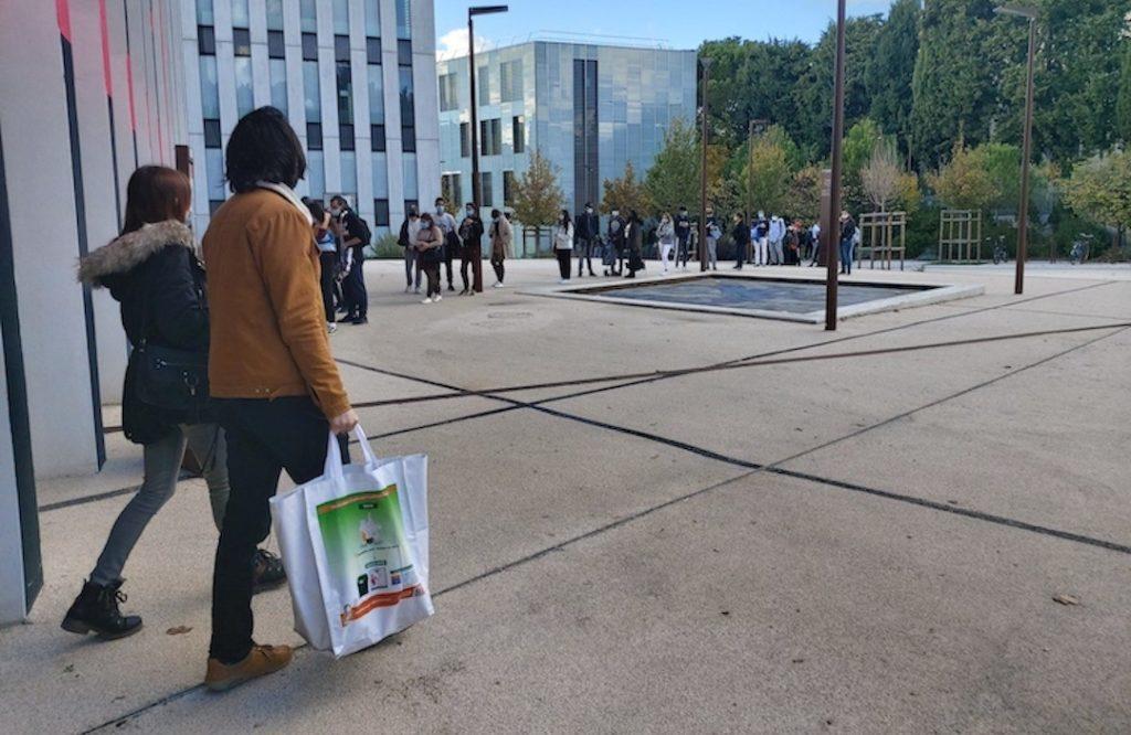 Les étudiants attendent leur tour pour récupérer leur panier alimentaire Crédit L.R)