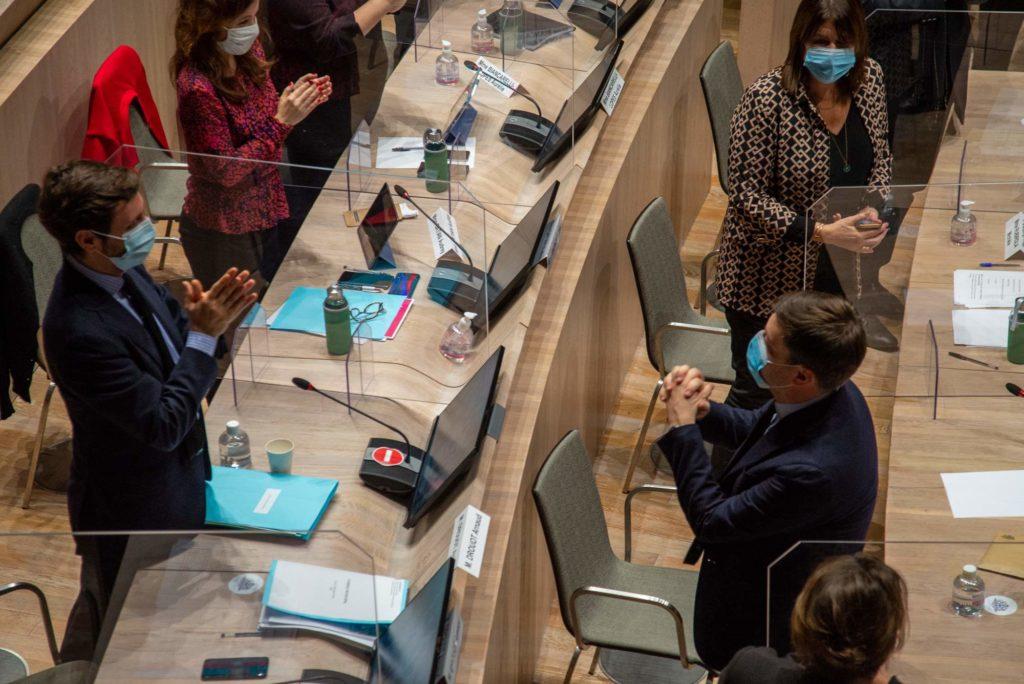 Benoît Payan vient d'être élu maire de Marseille. Il salue Arnaud Drouot (à gauche) qui l'applaudit (Crédit JY Delattre).