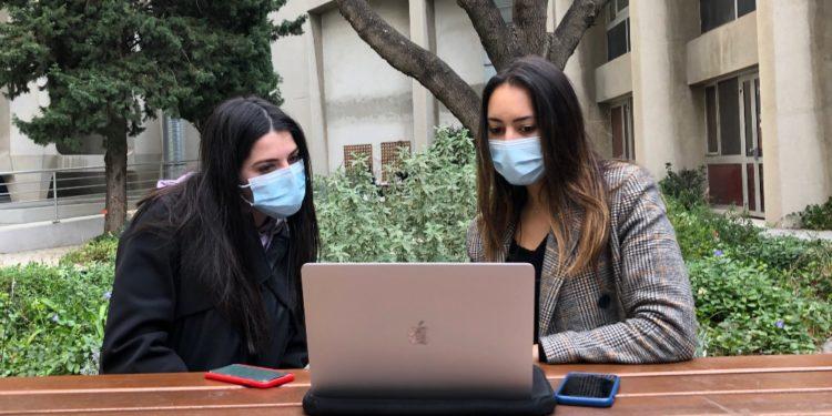Deux étudiants sur le campus d'Aix-Marseille Université (Crédit : Archives Gomet')