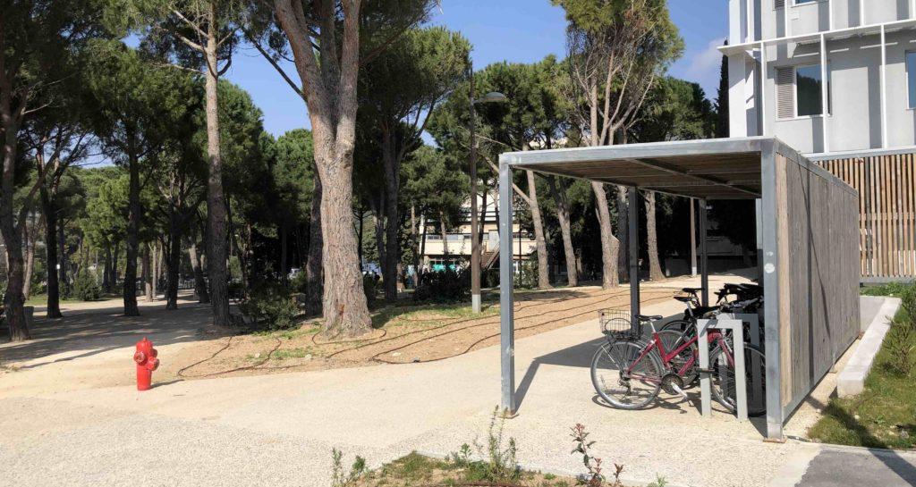 Un garage à vélo à l'entrée du campus de Luminy (Crédit Gomet'/JFE)