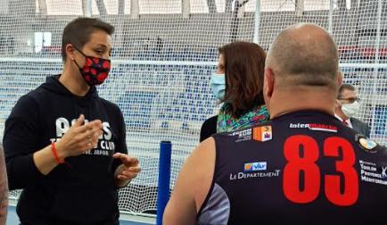La ministre s'est notamment entretenu avec la championne française Laurence Manfredi au stadium de Miramas
