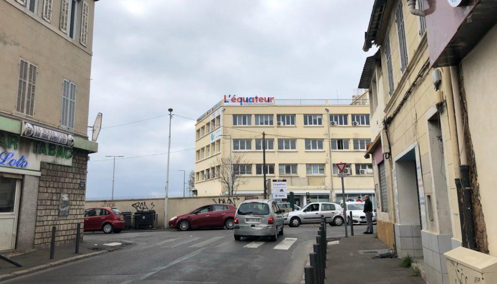L'immeuble de L'équateur avec au rez-de-chaussée des espaces accessibles pour les habitants en entrant par le parking.