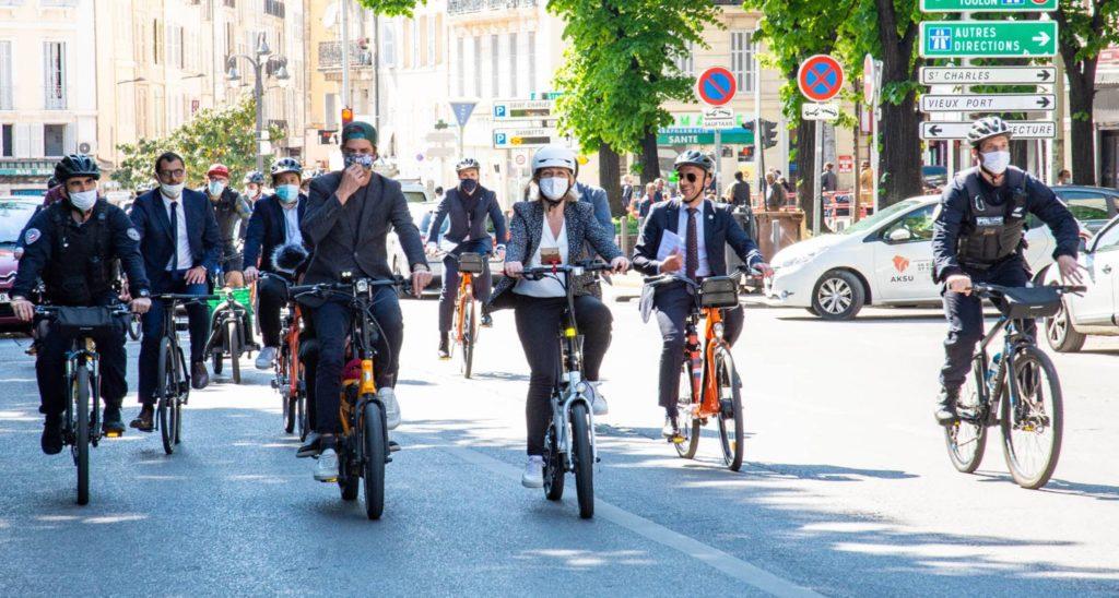 La ministre Barbara Pompili rejoint en vélo le QG dans le centre-ville de Marseille (Crédit JYD/Gomet').