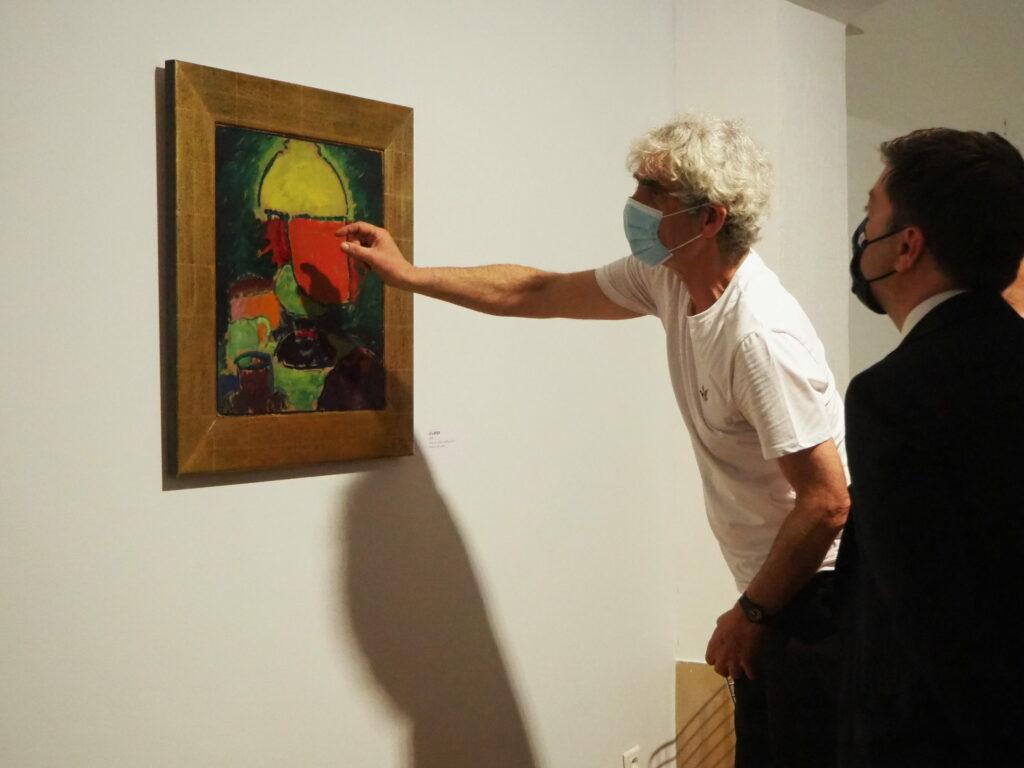 Le commissaire d'exposition, Itzhak Goldberg, explique à Benoît Payan, maire de Marseille une des oeuvres de Jalwlensky (Crédit: CC/Gomet')