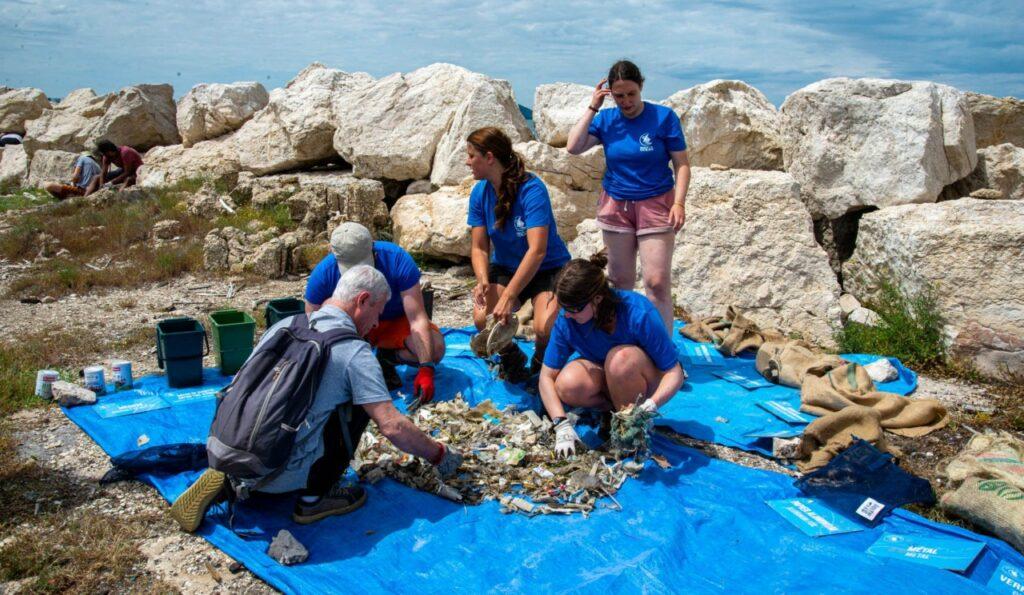 Collecte de déchets organisée par Wings of the ocean sur l'étang de Berre en juin 2021 (Crédit Gomet'/JYD)